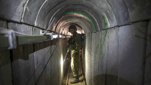 Soldado israelense em túnel supostamente construído pelo Hamas. Credito: Reuters