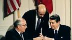 Ronald Reagan (à dir.) e Mikhail Gorbachev (à esq) assinam tratado em 1987 (foto: AP)
