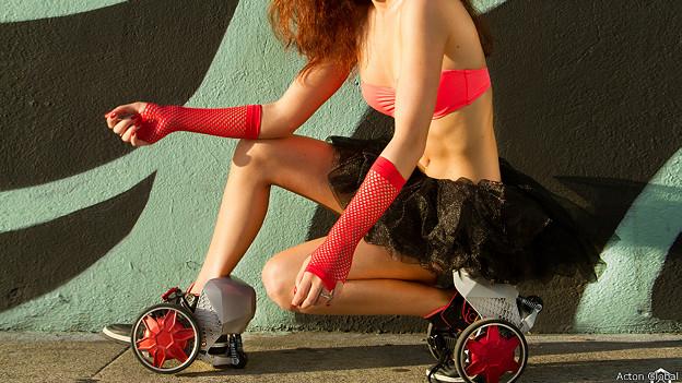 Mujer con patines motorizados