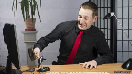 Empleado rompe computadora a mazazos.