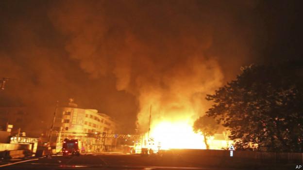 ताइवान के कावशियांग शहर में धमाकों के बाद उठती आग की लपटें