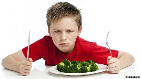 Niño con vegetales