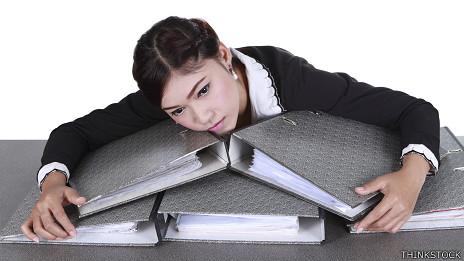 Una empleada agobiada con trabajo