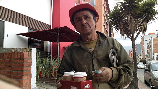 Un trabajador colombiano con dos vasos de café
