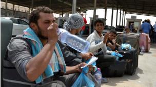 الشرق الأوسط - BBC Arabic - جسر جوي يبدأ نقل العاملين المصريين في ليبيا