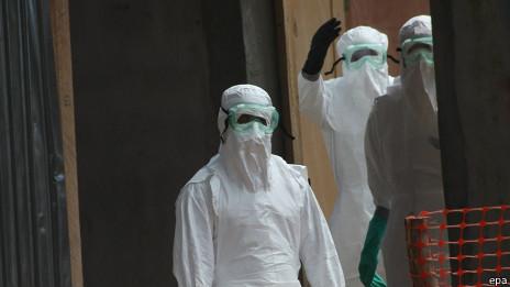 Médicos combatiendo el ébola