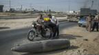 Wapalestina wa Gaza wanakagua kombora la Israil lisiloripuka