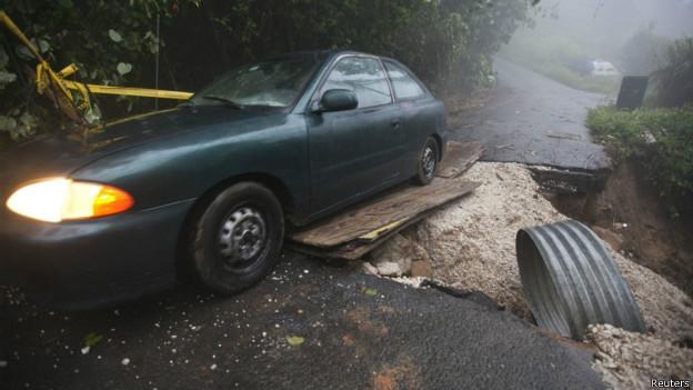 Carro atrapado por deslave