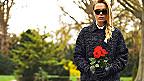 Joven en un cementerio con rosas rojas