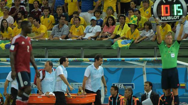 Neymar sale en camilla