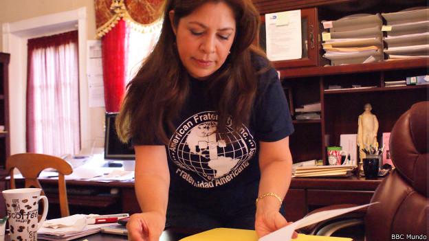 Nora Sandigo con sus documentos