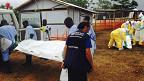 Voluntarios transportan cadáveres en un centro de Médicos Sin Fronteras en Kailahun, Sierra Leona