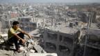 Menino vê destruição em Gaza (AFP)