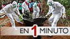 Enfermeros entierran un cadaver víctima del ébola en Liberia