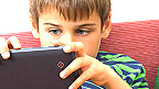 Niños usando tabletas y otros medios digitales