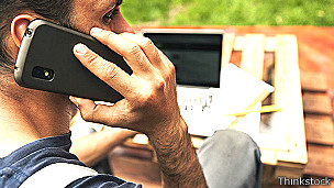 Hombre hablando por su celular