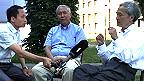 Hai giáo sư Ngô Vĩnh Long (phải) và Trần Hữu Dũng (giữa) nói chuyện với Nguyễn Hùng