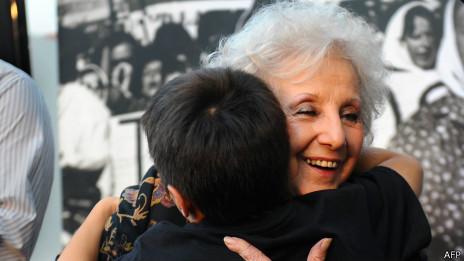 Estela Carlotto abraza a un niño