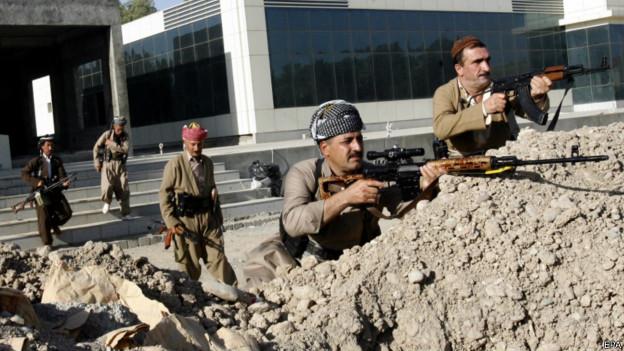 Soldados curdos na cidade de Mosul em 10 de agosto | Foto: EPA