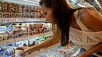 Девушка выбирает йогурт в одном из магазинов Петербурга