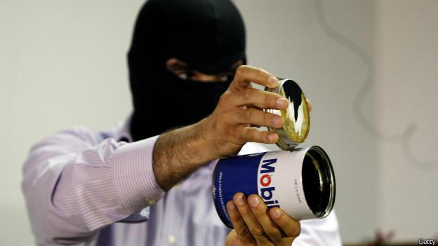Un miembro del servicio secreto libanés muestra una lata de aceite de motor que se utilizó en 2009 para ocultar equipo de contraespionaje electrónico.