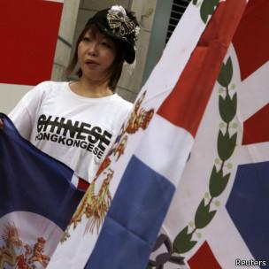 有的香港人在游行中挥舞港英狮旗