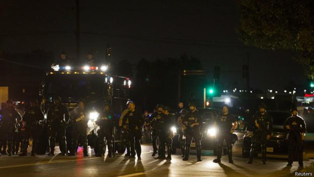 Polícia assumirá controle de cidade dos EUA após 4 noites de violência