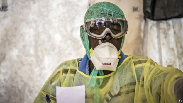 Funcionário de hospital em Serra Leoa examina paciente com ebola (AP)