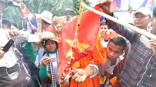 Biểu tình đốt cờ VN ở Campuchia