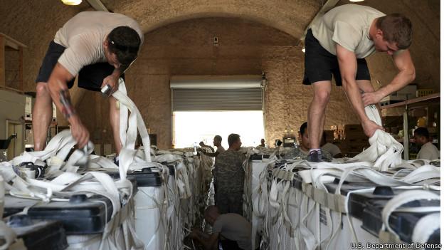 Soldados americanos preparam água para ajuda humanitária no Iraque.Credito: U.S. Department of Defense