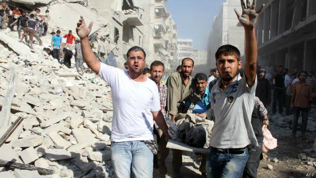 Homens transportam ferido na Síria. Credito: AFP/Getty