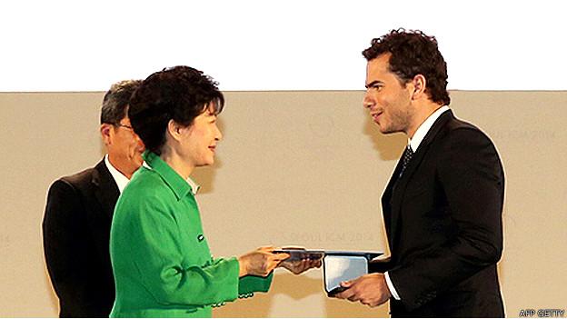 Artur Ávila recibió el premio de manos de la presidente de Corea del Sur, Park Geun-Hye.