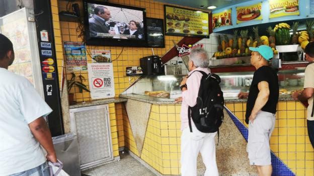 Brasileiros assistem a reportagens na TV sobre morte de Campos (Reuters)