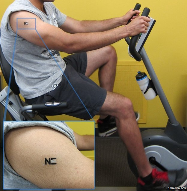 Hombre sobre bicicleta estática con tatuaje bio cargador