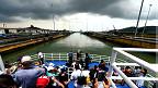Barco con contenedores en el Canal de Panamá