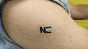 Tatuagem produz energia a partir do suor (J Wang/ACS)