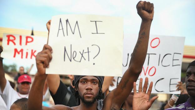 Ferguson, manifestante con pancarta