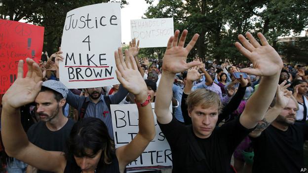 Ferguson, manifestantes con brazos en alto