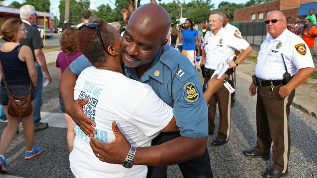 Policía abraza a manifestante