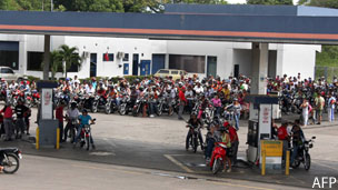 Filas para echar gasolina en la frontera