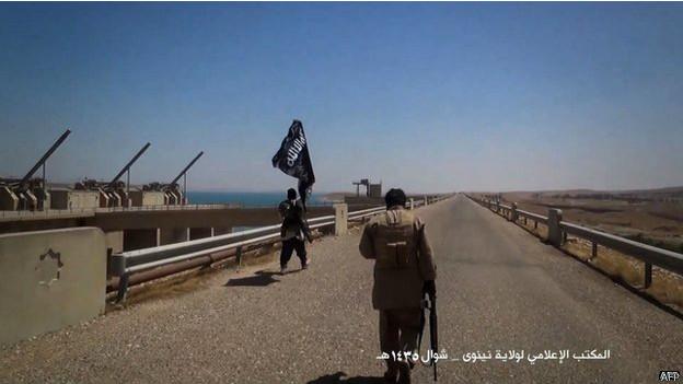 IS 'thảm sát hàng trăm người'