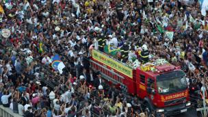 Carro de bombeiros com o corpo de Eduardo Campos (EPA)