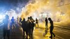فرگوسن میں پولیس مظاہرین پر آنسو گیس پھینک رہی ہے