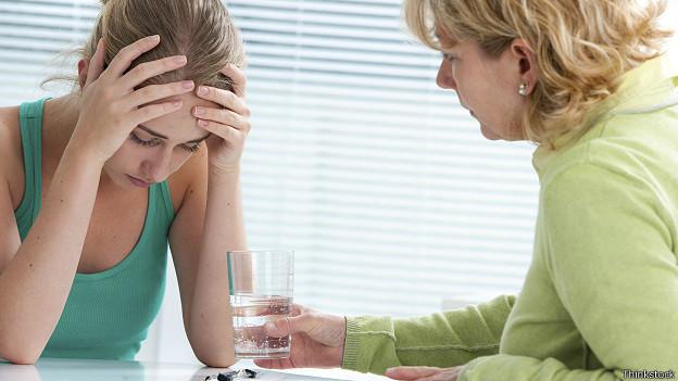 Подавленной девушке предлагают стакан воды