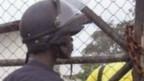 Un policía frente a un centro de asilamiento de ébola en Liberia
