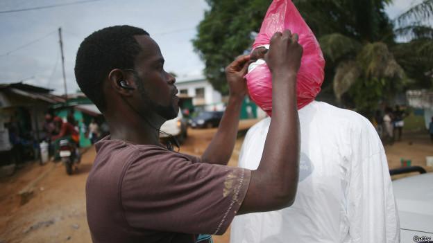 Hombre colocándo máscara para protegerse del ébola