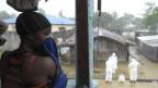 Personal sanitario retira el cuerpo de una víctima del Ébola en Monrovia, Liberia.