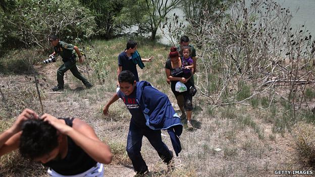 Migrantes capturados por la patrulla fronteriza en EE.UU.