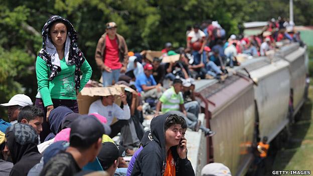 """Inigrantes indocumentados a bordo de """"La bestia"""" mientras cruzan México camino a EE.UU."""