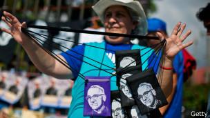 Vendedora de mercancía relacionada a Oscar Romero